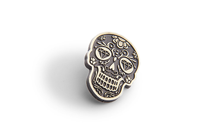 Skull gold metal pin